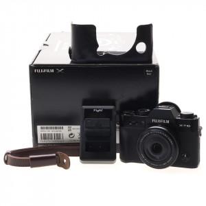 Fujifilm X-T10 black body con XF 27mm F/2.8 e accessori extra